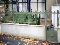 Grille à barreaux et volutes assorties au portillon